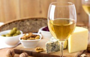 1470480516 vino i syr 300x191 - Вино